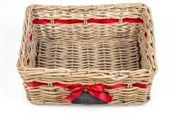 Caja tejida del rectángulo, cesta con la cinta roja de la cinta de satén y pequeña pizarra Imagen de archivo libre de regalías