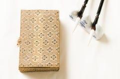 Caja tradicional china y una pluma Imágenes de archivo libres de regalías