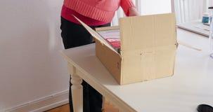 Caja unboxing de la mujer - compras en línea almacen de metraje de vídeo