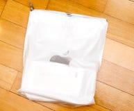 Caja unboxing del iPhone de la cámara dual más de IPhone 7 en Apple plástico B Foto de archivo libre de regalías