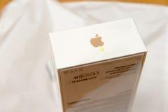 Caja unboxing del iPhone de la cámara dual más de IPhone 7 en la tabla ante la O.N.U Foto de archivo