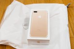 Caja unboxing del iPhone de la cámara dual más de IPhone 7 en la tabla ante la O.N.U Imagen de archivo