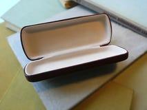 Caja vacía del espectáculo en una pila de libro Fotos de archivo libres de regalías