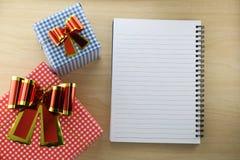 Caja vacía del libro y de regalo en el piso de madera Foto de archivo libre de regalías