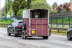 Caja vacía del remolque del portador del caballo en la autopista de Reino Unido en el movimiento rápido imagen de archivo
