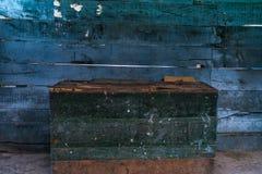 Caja verde con la pared de madera azul Imagenes de archivo