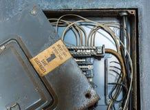 Caja vieja de la distribución eléctrica o del cableado fotografía de archivo libre de regalías
