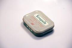 Caja vieja de Strepsils Imagenes de archivo