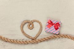 Caja y cuerda de regalo en forma del corazón Imagenes de archivo