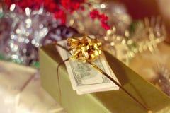 Caja y dólar de EE. UU. de regalo Imagen de archivo