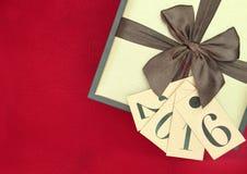Caja y etiquetas de regalo con el Año Nuevo 2016 Imagen de archivo