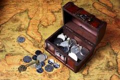 Caja y monedas del tesoro imagen de archivo libre de regalías