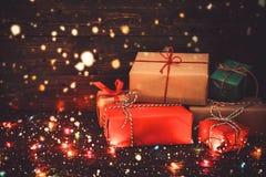 Caja y nieve de regalos del regalo de Navidad en viejo fondo de madera Imagen de archivo libre de regalías