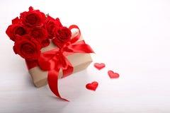 Caja y rosas de regalo Imágenes de archivo libres de regalías