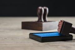 Caja y sellos de goma de la tinta Imagen de archivo libre de regalías