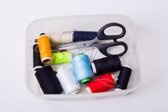 Caja y tijeras de costura Fotos de archivo libres de regalías