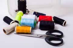 Caja y tijeras de costura Foto de archivo