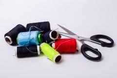 Caja y tijeras de costura Fotos de archivo