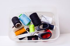 Caja y tijeras de costura Fotografía de archivo libre de regalías