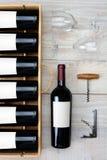 Caja y vidrios de la botella de vino Fotografía de archivo libre de regalías