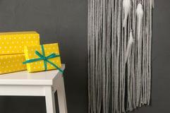 Cajas amarillas en backround gris Foto de archivo libre de regalías