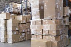 Cajas apiladas en Warehouse imagenes de archivo