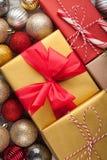 Cajas coloreadas con los regalos en una caja festiva con las decoraciones de la Navidad Visión superior Imagen de archivo libre de regalías
