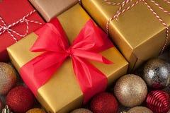 Cajas coloreadas con los regalos en una caja festiva con las decoraciones de la Navidad Visión superior Imágenes de archivo libres de regalías