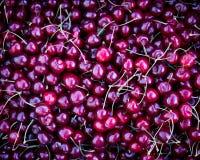 cajas con las cerezas rojas frescas, contador del vendedor de la fruta y verdura, farmer' mercado de s fotos de archivo libres de regalías