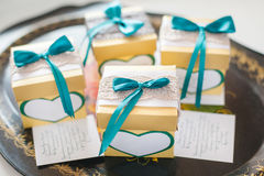 Cajas con las tarjetas de la invitación en la bandeja decorativa foto de archivo