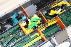 Cajas con los detalles del diseñador Diseñador para el montaje de robots foto de archivo libre de regalías