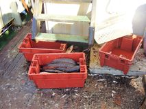 Cajas con los pescados en la cubierta de un barco pesquero que ha venido adentro para descargar fotos de archivo libres de regalías