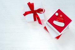 Cajas con los regalos del ` s del Año Nuevo del color rojo y blanco Imagenes de archivo