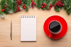 Cajas con los regalos en un fondo de madera Libreta blanca Feliz Año Nuevo Espacio para el texto Concepto colorido Fondo del Año  Fotografía de archivo libre de regalías