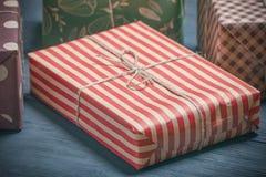 Cajas con los regalos en un fondo negro con un lugar para el espacio de la copia foto de archivo