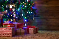 Cajas con los regalos para el abeto de la Navidad Foto de archivo