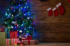 Cajas con los regalos para el abeto de la Navidad Fotos de archivo libres de regalías