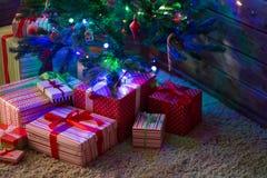 Cajas con los regalos para el abeto de la Navidad Imagenes de archivo