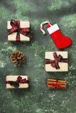 Cajas con los regalos para la Navidad y media con el bastón de caramelo en a Imagen de archivo libre de regalías