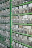 Cajas con los tornillos, los clavos y otras piezas Imagenes de archivo