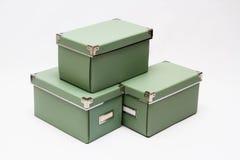 Cajas de almacenamiento del verde verde oliva en una pila Fotografía de archivo