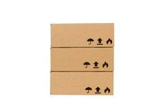 Cajas de cartón aisladas en un fondo blanco Fotos de archivo libres de regalías