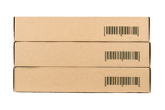 Cajas de cartón aisladas en un fondo blanco con el código de barras de la muestra Fotos de archivo