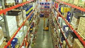 Cajas de cartón dentro de un almacén de almacenamiento almacen de video