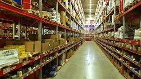 Cajas de cartón dentro de un almacén de almacenamiento almacen de metraje de vídeo