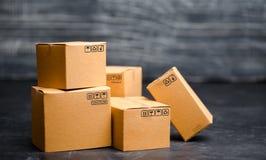 Cajas de cartón El concepto de mercancías que embalan, enviando órdenes a los clientes Warehouse de productos finales y del equip fotos de archivo libres de regalías