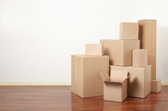 Cajas de cartón en el apartamento, día móvil Imágenes de archivo libres de regalías