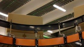 Cajas de cartón en la banda transportadora en almacén de distribución almacen de video