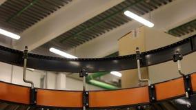 Cajas de cartón en la banda transportadora dentro del almacén metrajes