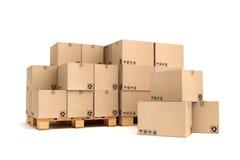 Cajas de cartón en la paleta Imagen de archivo libre de regalías